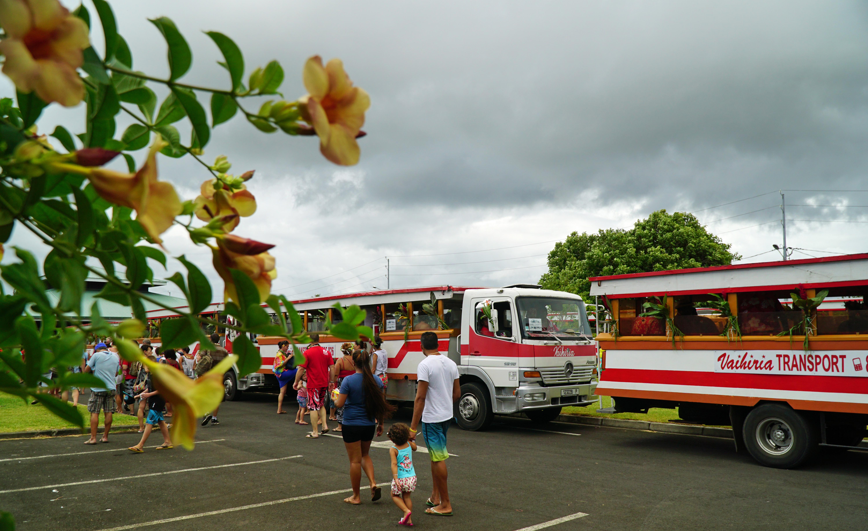 À l'heure prévue, quelques centaines de participants se pressent à la recherche de leur bus
