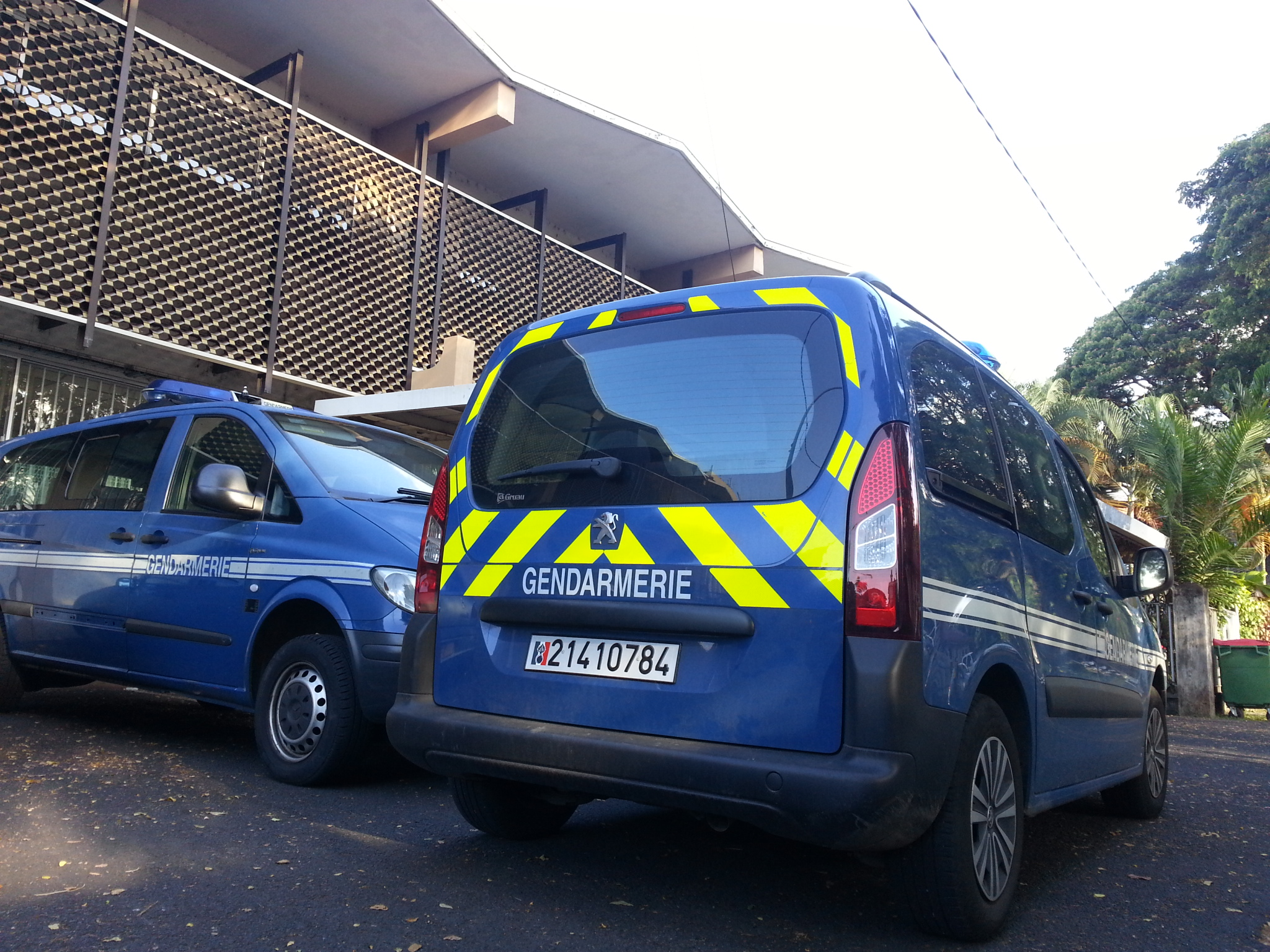 Après plusieurs jours de garde à vue dans les locaux de la section de recherches de la gendarmerie, quatre suspects ont été déférés cet après-midi au parquet dans cette affaire.