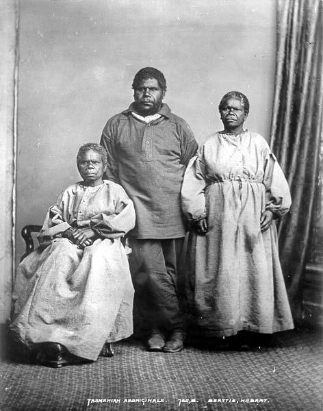 """Truganini (à gauche) et celui qui fut, sans doute, son dernier mari,  William Lanne, plus connu sous le nom de King Billy. Dernier """"mâle"""" indigène de Tasmanie, à sa mort, il fut démembré, ses restes étant partagés entre la Tasmanie et l'Angleterre."""