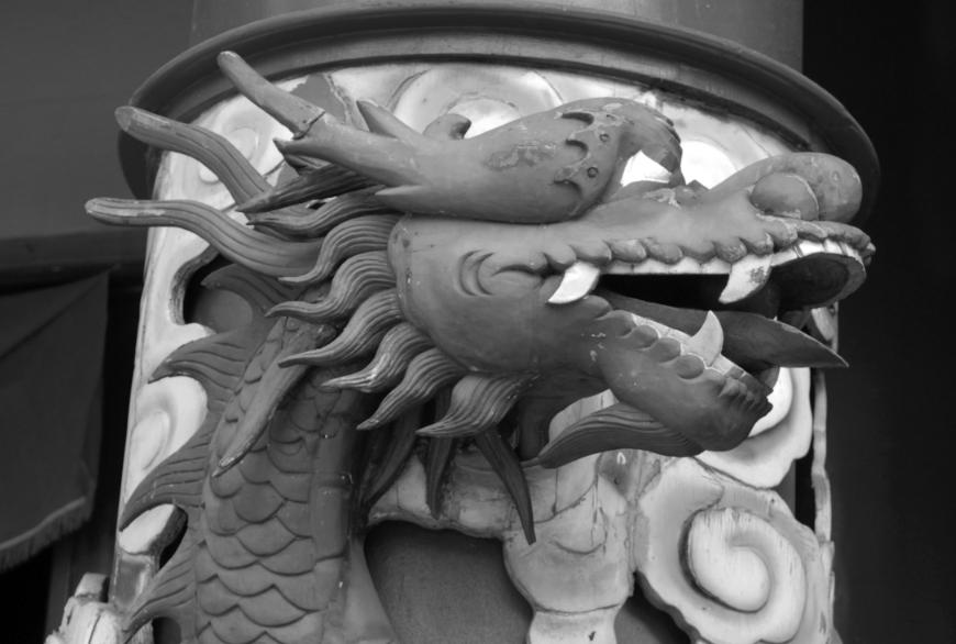 L'un des deux dragons de l'entrée du temple. Photo Tahiti Heritage