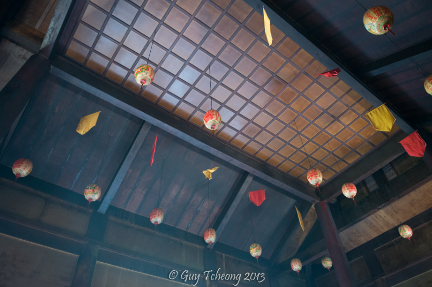 Le plafond du temple dans les effluves d'encens. Photo Guy Tcheong