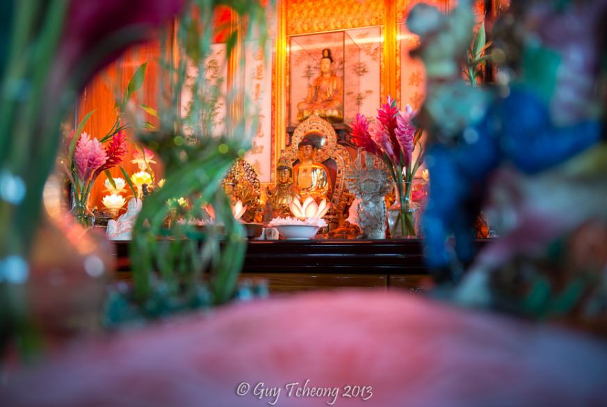 Statues diverses du temple . Photo Guy Tcheong