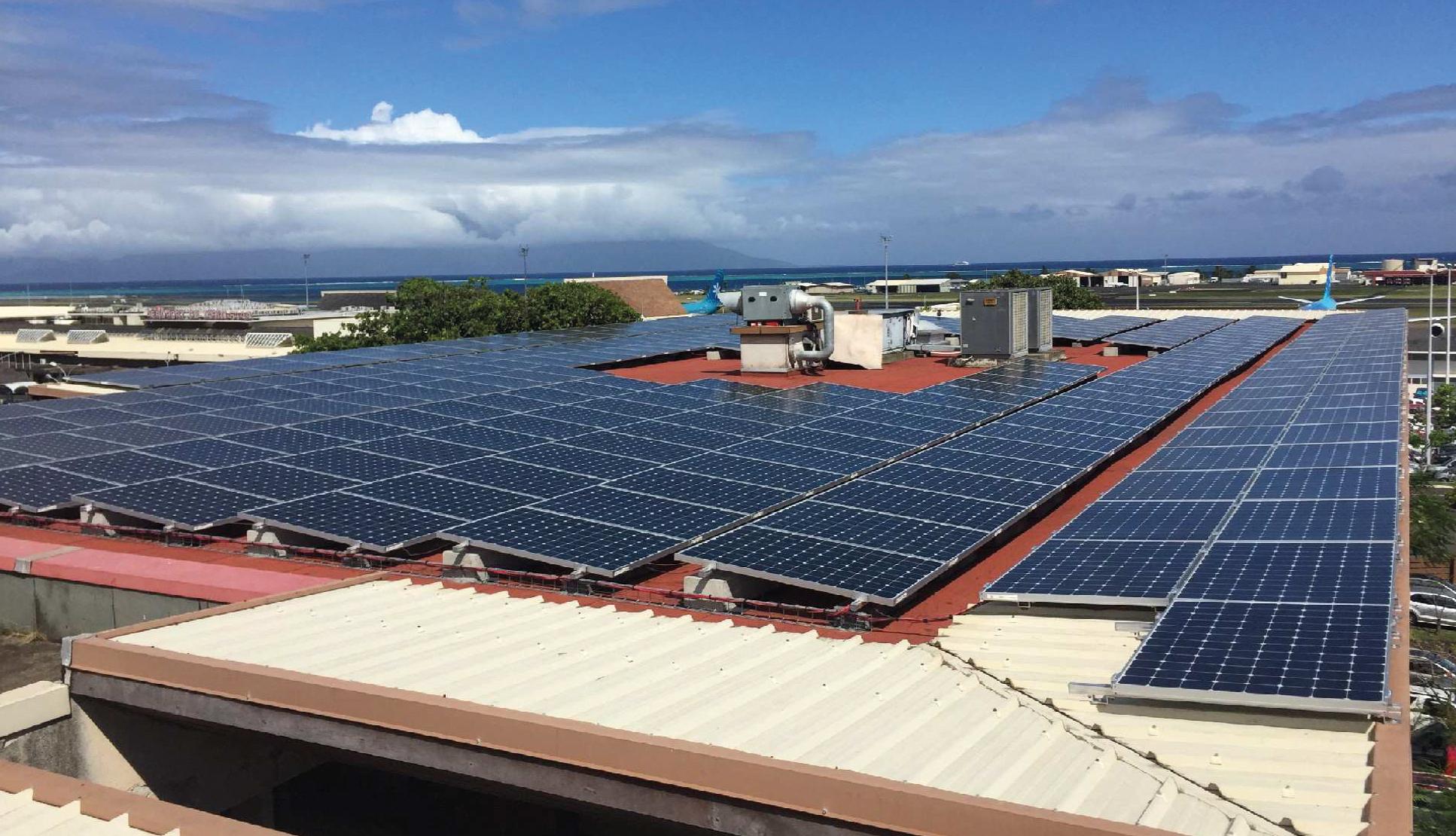 Les 305 panneaux photovoltaïques sur le toit du siège de la compagnie à Faa'a.