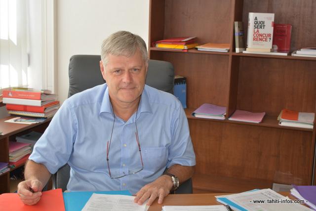"""Jacques Mérot, président de l'autorité polynésienne de la concurrence dans son bureau. """"L'autorité n'est pas là contre les entreprises mais pour favoriser l'envie et le pouvoir d'entreprendre."""