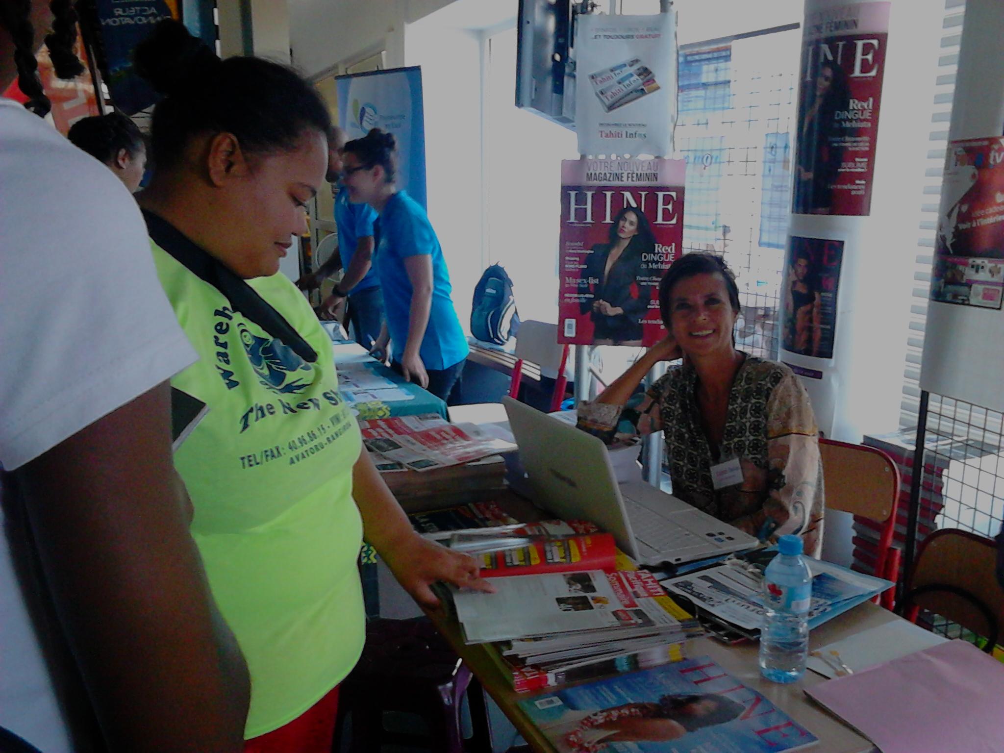 Sur le stand de Fenua communication, les visiteurs pouvaient découvrir ce mercredi les magazines du groupe et aussi le journal Tahiti Infos et aussi en savoir plus sur les métiers de journalistes et de commerciaux.