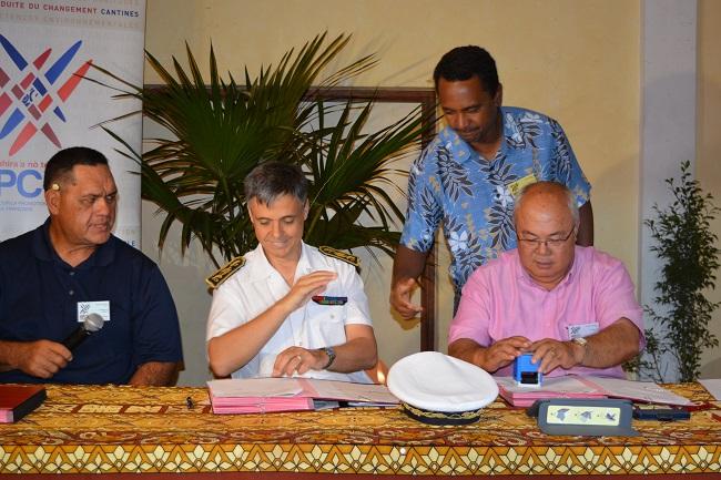 Cyril Tetuanui, président du SPC et maire de Tumaraa avec Lionel Beffre, le haut commissaire,  Tearii Alpha maire de Teva i Uta et Frédéric Riveta, maire de Rurutu au moment de la signature des conventions.