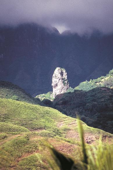 La grande double dent de Poumaka mesure 979 mètres de hauteur et n'a été vaincue qu'en novembre 1996. Ses conquérants ont bivouaqué dans le creux de la cime.