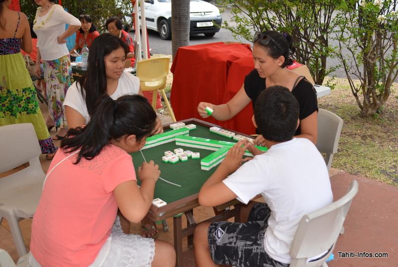 Atelier dominos : la culture chinoise passe aussi par les jeux de société.