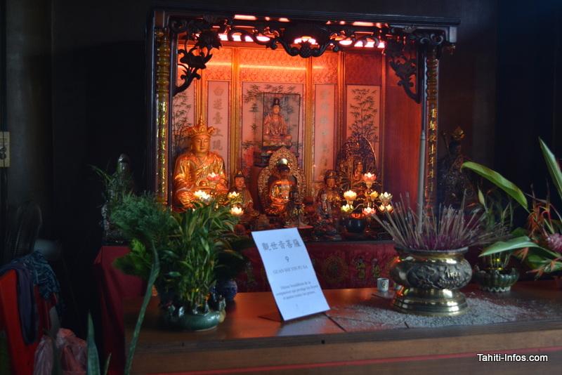 Une alcove consacrée à la déesse bouddhiste de la compassion qui protège les foyers et apaise les peines.