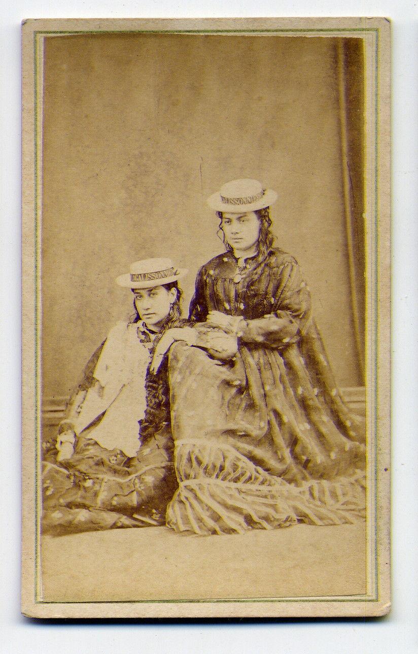 Photo de 1877, la princesse Joanna Marau Taaroa Tepau Salmon, connue par la suite sous le nom de Marau de Tahiti, La princesse joinville: Isabelle Shaw, fille non reconnue d'un commerçant anglais et d'une femme de Moorea.