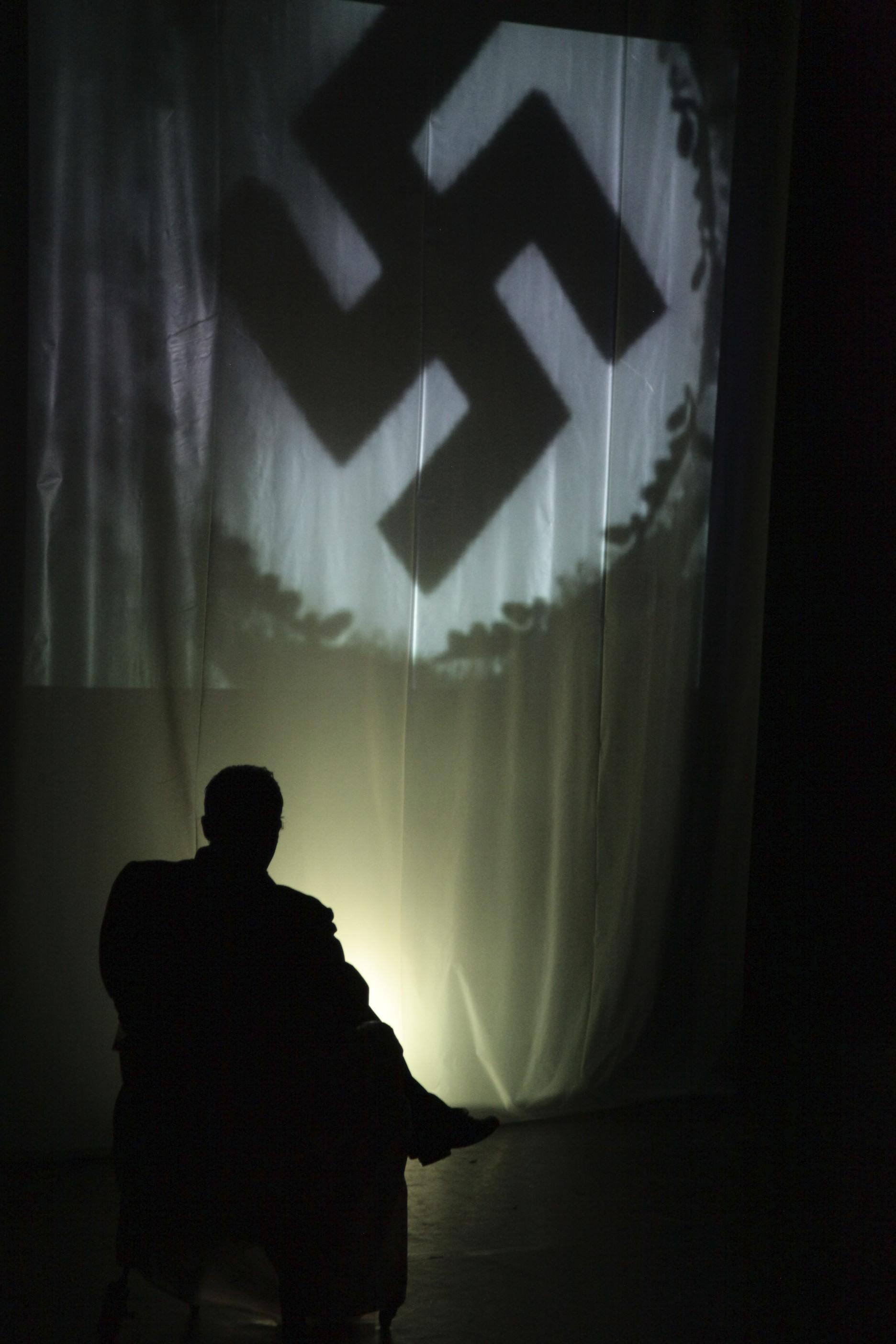 """Proposé en diptyque avec """"Un fou noir au pays des Blancs"""", """"Race(s) ou pourquoi l'homme blanc se prend-il toujours pour le maître du monde"""" est le nouveau spectacle de François Bourcier."""