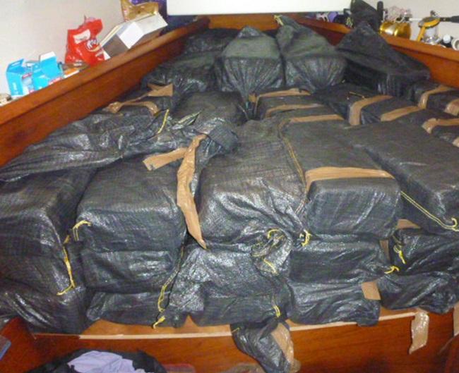 Les ballots de cocaïne n'étaient pas cachés, juste entreposés au fond du bateau. L'importance de cette cargaison (680 kg) sur un petit voilier de 10 mètres explique que toute tentative de cacher une telle quantité était vaine.