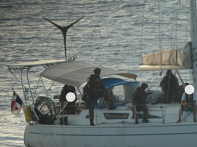 Depuis samedi matin des marins du Prairial surveillent les trois convoyeurs et la cargaison de drogue à bord du voilier qui a été arraisonné.