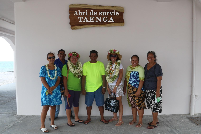 Un abri de survie vient d'être construit, l'occasion pour le maire délégué de Taenga de le faire découvrir aux autorités locales