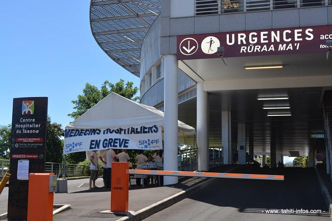 Il y a actuellement environ 160 médecins praticiens hospitaliers titulaires en Polynésie française. La grande majorité (150) est en poste au CHPF. Ici une photo prise lors de la grève de mars 2013, entamée par que l'administration refusait de prendre en compte l'ancienneté complète d'un  médecin oncologue lors sa titularisation en Polynésie française.