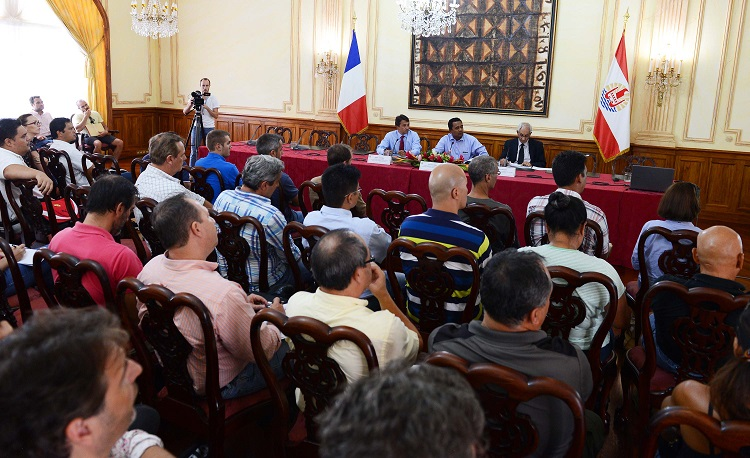 Devant une salle pleine de promoteurs immobiliers privés ou de professionnels de la construction, Tearii Alpha, a présenté, ce mercredi après-midi, le plan de campagne 2016 en matière de logement, en présence du vice-président, Nuihau Laurey et du ministre de l'Equipement, Albert Solia.
