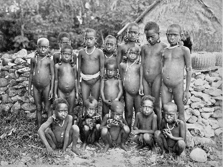 Les jeunes enfants du Nukapu, lors d'une mission exploratoire, avant l'évangélisation complète des îles Salomon.