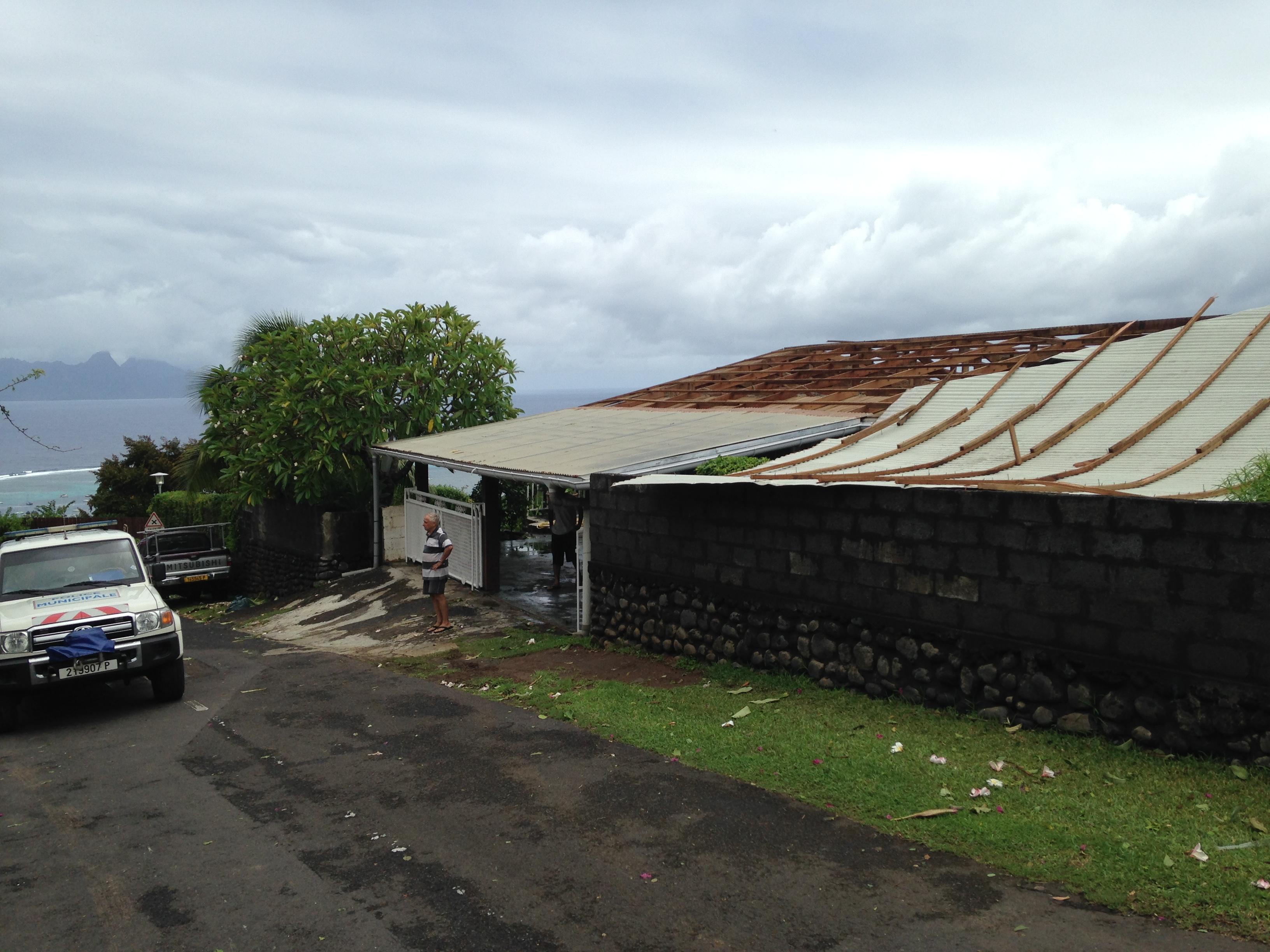 intemp ries le toit d 39 une maison s 39 envole punaauia inondations tiarei. Black Bedroom Furniture Sets. Home Design Ideas