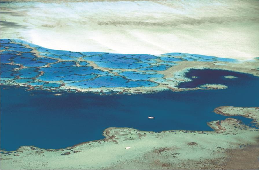 Deux petits bateaux sur une infinie palette de bleus