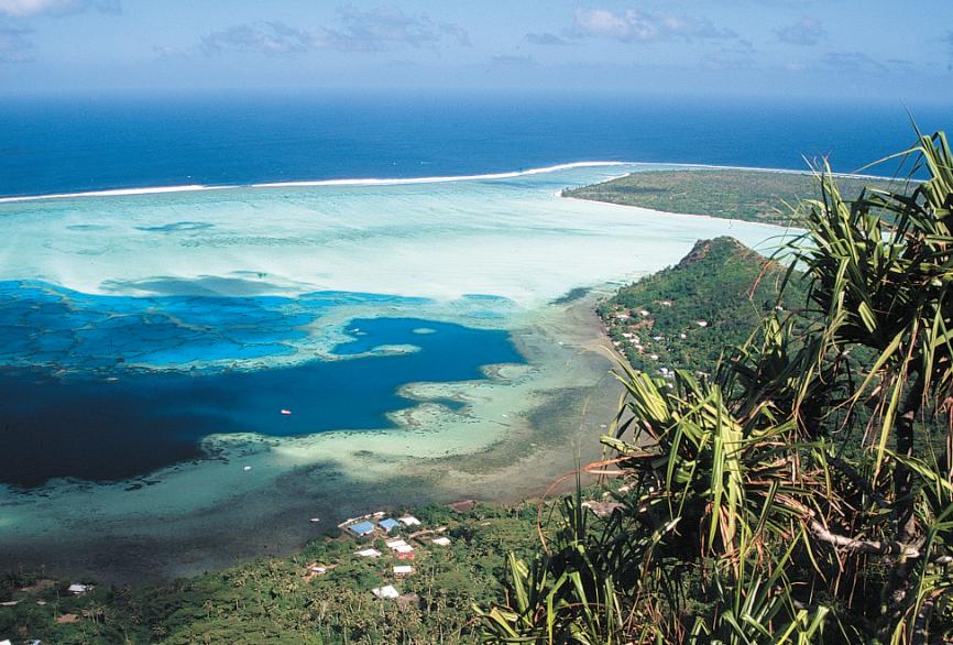 Quelques fare ponctuent le tour de l'île, touches claires entre l'émeraude de la forêt et le saphir du lagon.