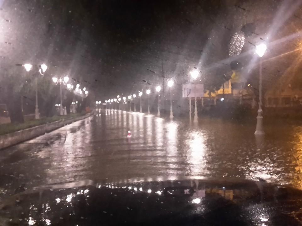 Dans la nuit de mercredi à jeudi, la ville de Papeete s'est retrouvée momentanément sous les eaux rendant difficile la circulation sur le front de mer. Jeudi matin, des camions de la direction de l'Equipement ont enlevé la boue et les détritus qui étaient sur le front de mer. Photo : RotbokManu Facebook
