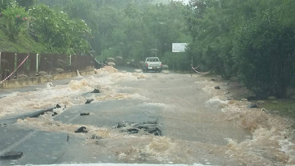 La route à Taapuna a été très abimée par les fortes pluies qui se sont abattues sur la commune de Punaauia.