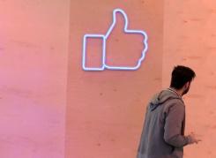 """AFP / TOBIAS SCHWARZ   Le fameux """"like"""" du réseau social Facebook, à Berlin le 24 février 2016"""