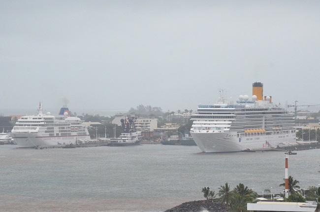 Le Costa Luminosa a passé sa journée de lundi à Papeete au lieu d'emmener ses 1900 passagers vers Moorea en raison des conditions de mer difficiles entre Tahiti et l'île soeur. A gauche, l'Europa dont les 400 touristes se retrouvent en Polynésie pour éviter les escales prévues dans les îles Fidji touchées par le cyclone Winston le 21 février dernier.