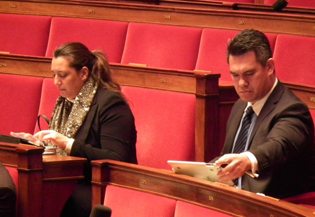 Maina Sage et Jean-Paul Tuaiva dans l'hémicycle de l'assemblée nationale.