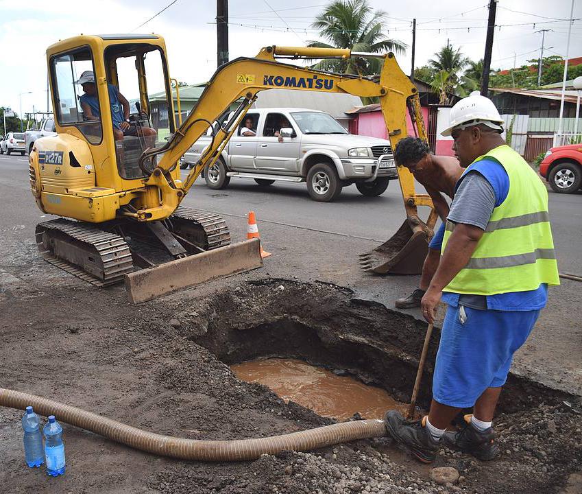Casse d'une conduite d'eau à Pamatai