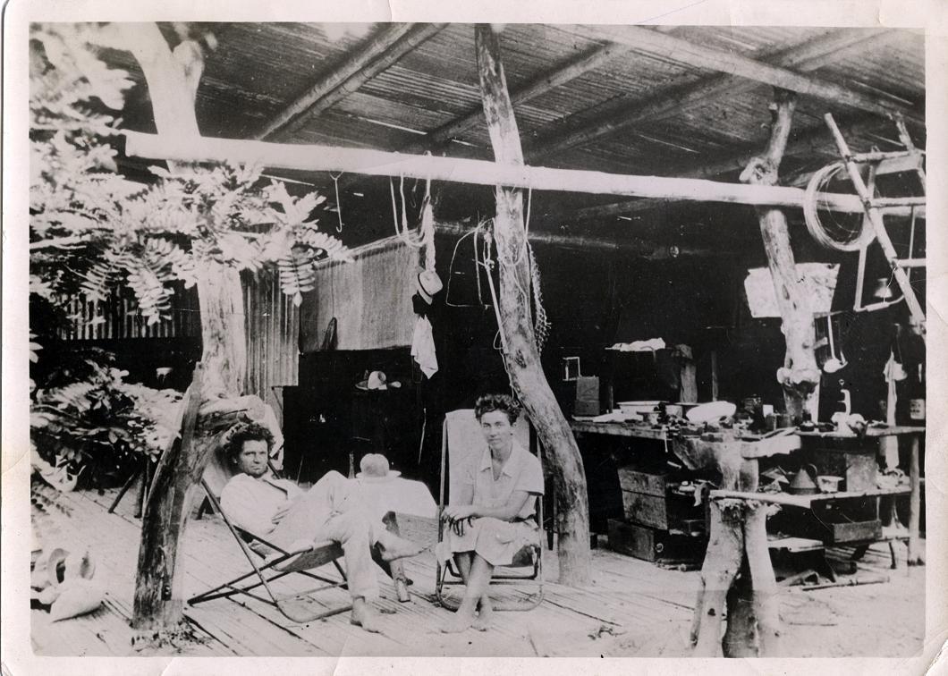 Friedrich Ritter et sa compagne Dore, dans leur campement de fortune, où ils vivaient façon Adam et Eve.