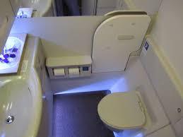 Bientôt des toilettes auto-nettoyantes bactéricides dans des Boeing