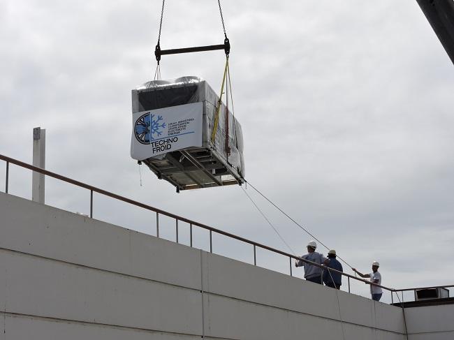 Installation des deux nouveaux groupes froids du CHPF en août 2015.