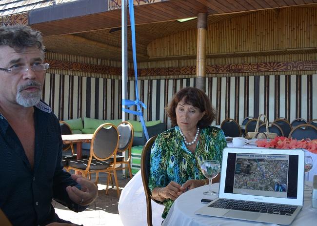 Atea Hintze-Dusseldorp, P-dg de la société de Polynésie et Jean-Louis Chailly, directeur général présente le réseau de Swac élargi à des clients privés – autres que le CHPF- que leur société a présenté au Pays depuis 2011.