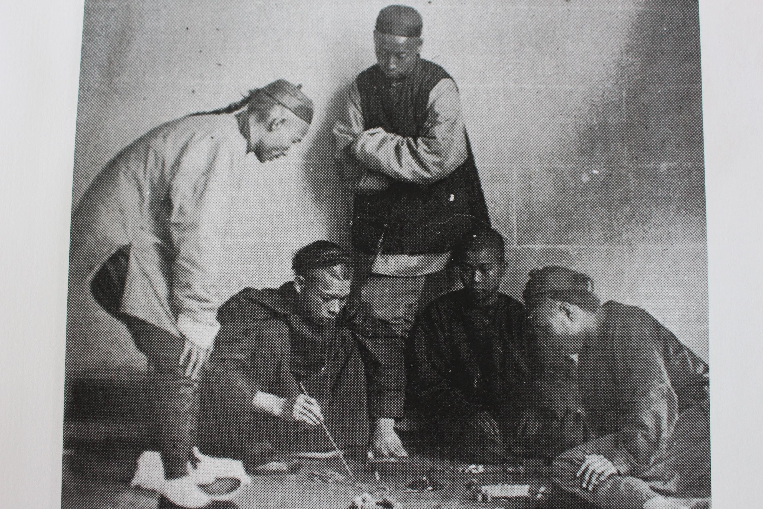 Un groupe de joueurs fait des paris dans la rue pris dans les années 1870. Crédit John Hall.