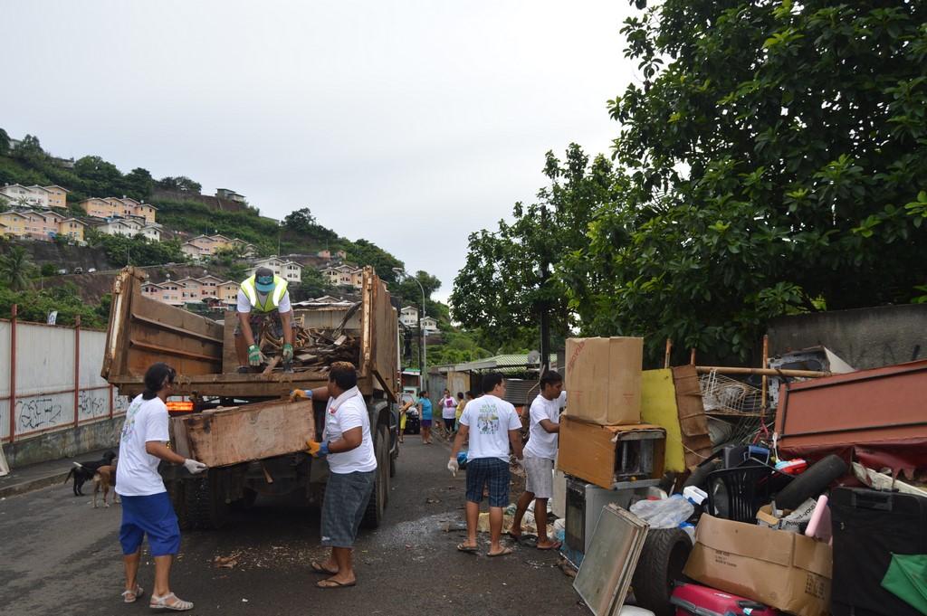 Les services municipaux, les associations et les riverains ont participé au grand nettoyage de Pirae.