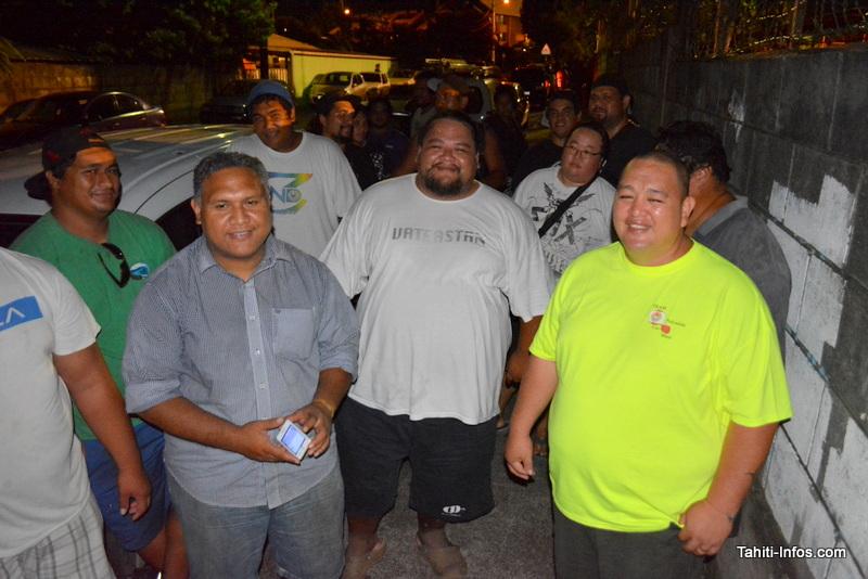 Jean Maitai (devant à gauche) et Erweis Manutahei (devant à droite), membres de l'une des associations représentées jeudi soir pour la création du mouvement des propriétaires de Car Audio.