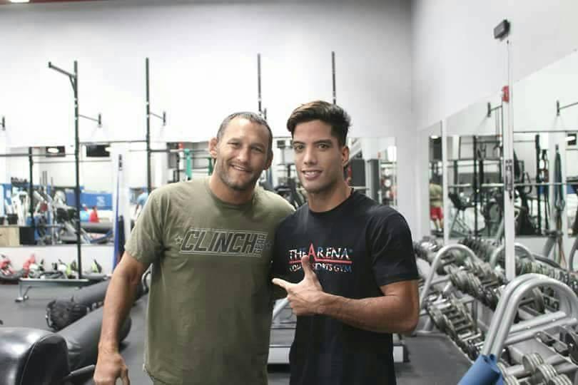 Raihere Dudes avec Dan Henderson, star de l'UFC