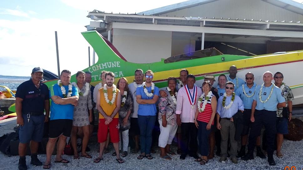 Les missionnaires ont été accueillis par le maire de Taenga, aux côtés des cinq gendarmes de la brigade territoriale des Tuamotu-Centre (BTTC) en mission eux aussi sur l'atoll.