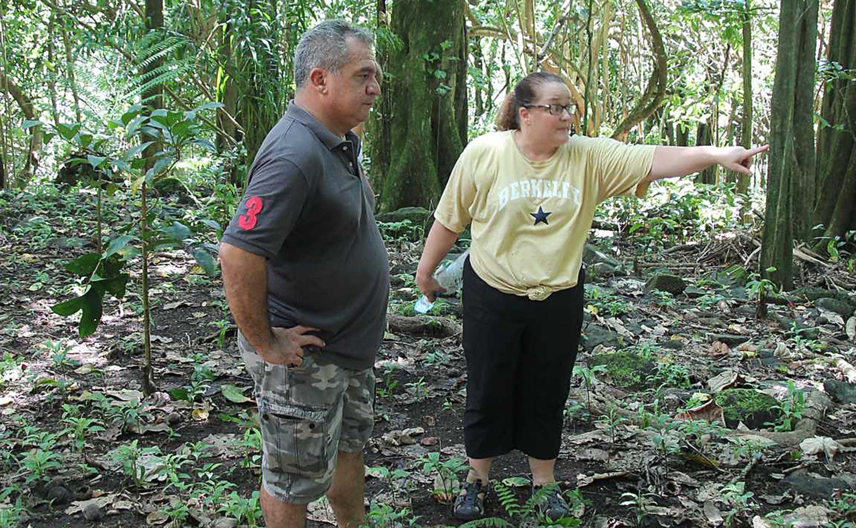 Le docteur Jennifer Kahn de l'Université William et Mary de Virginie (à droite), une des spécialistes des recherches archéologiques au fenua, a réalisé un état des lieux des structures archéologiques.