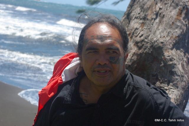 Ismaël Huukena selance dans une traversée à la nage en solitaire entre Teahupoo et Punauuia