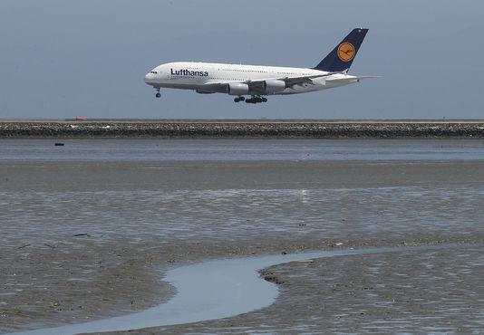 Le pilote d'un avion Airbus A380 de la compagnie allemande Lufthansa a affirmé qu'un drone était passé à environ 60 mètres au-dessus de l'appareil alors qu'il se dirigeait vers des pistes d'atterrissage. JUSTIN SULLIVAN / AFP