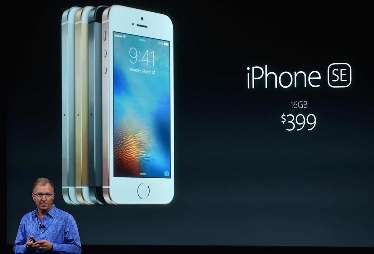 Apple lance un petit smartphone et baisse le prix de sa montre connectée