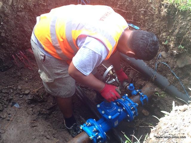Tous les jours, les techniciens de la régie de l'eau interviennent sur le secteur de Mahinarama pour éviter que les bassins ne se vident.