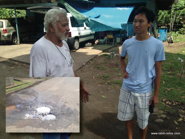 Sur la photo, Gérard Tuahine (en blanc) explique sa situation à Warren Afo, élu en charge de l'eau à Mahina