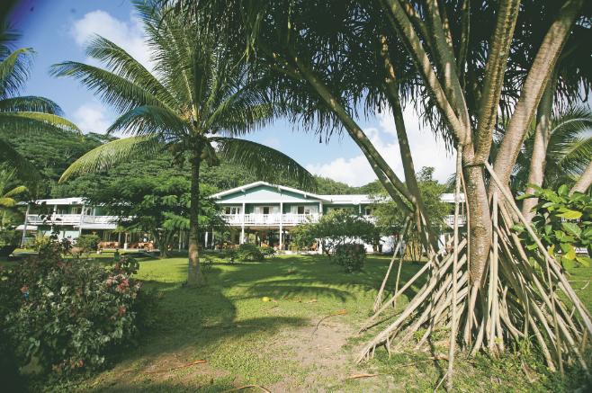 Une vue, depuis son vaste jardin, du Raiatea Lodge Hôtel.