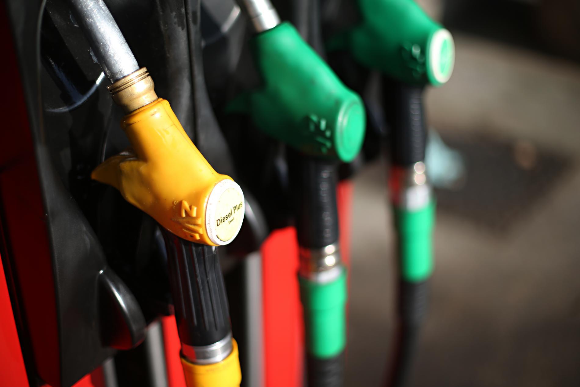 Les prix à la pompe continuent de baisser, profitant de la baisse des cours du pétrole.