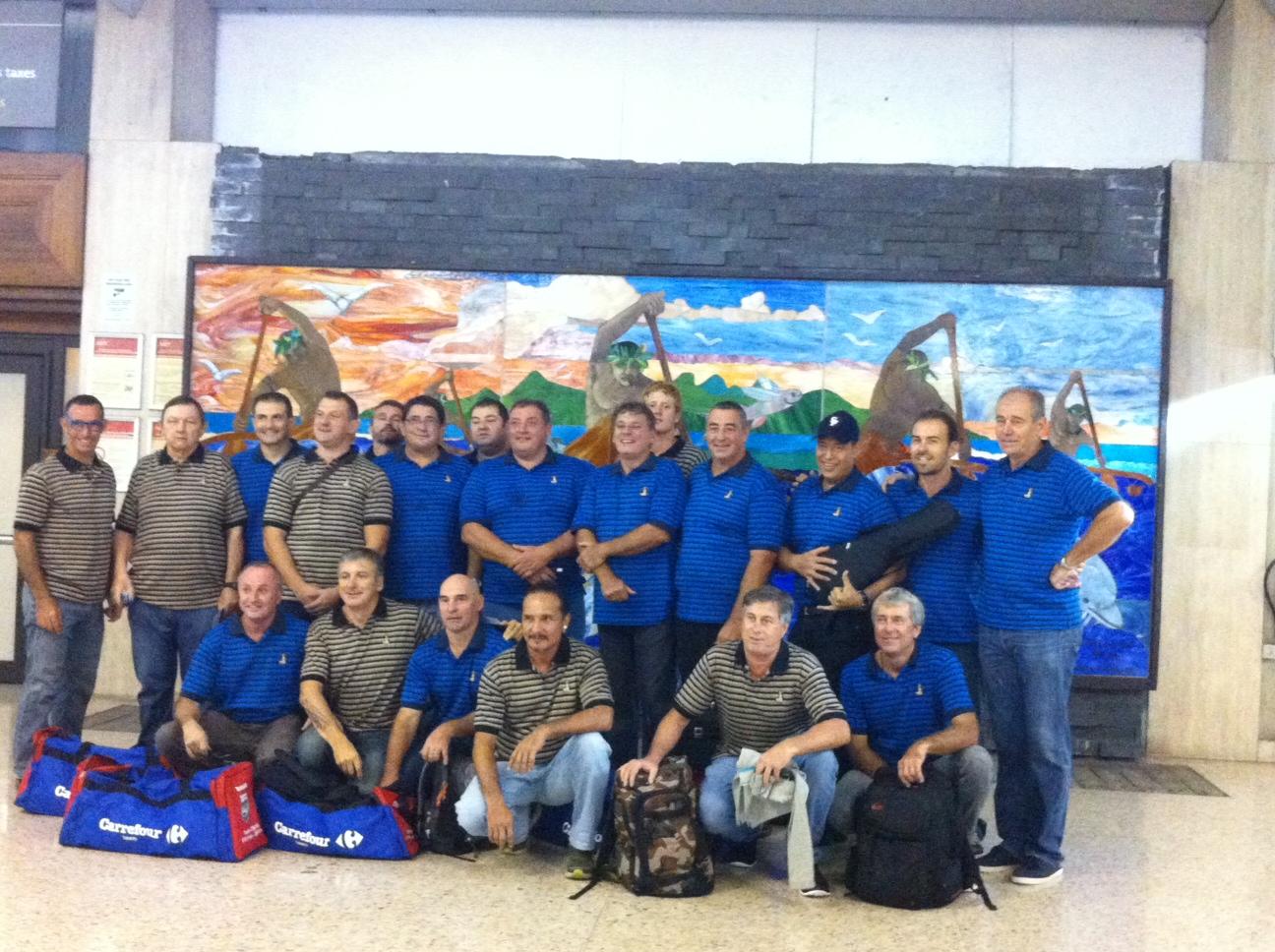 L'équipe des Vieilles Pompes de Tahiti, vétérans de rugby, au départ de leur tournée annuelle qui se déroule au Vietnam -où ils ont remporté leur premiere victoire, avec un score de 10 à 5 -,   et qui se poursuivra au Japon après une découverte de la baie d'Halong.