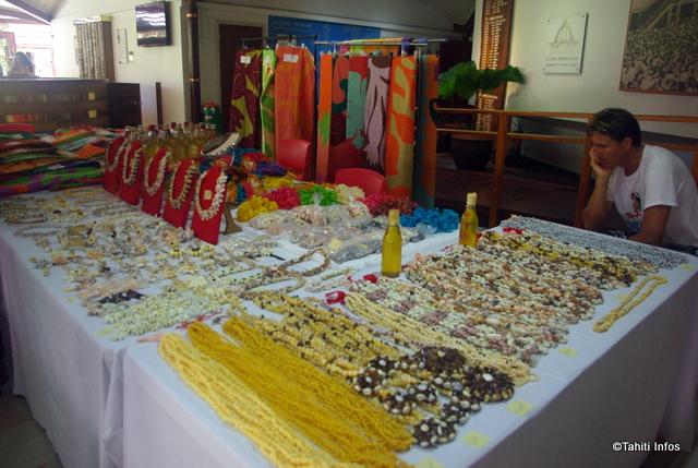 tifaifai, colliers de coquillages et couronnes de fleurs seront présentés aux visiteurs afin qu'ils découvrent l'artisanat des îles-Sous-le-Vent