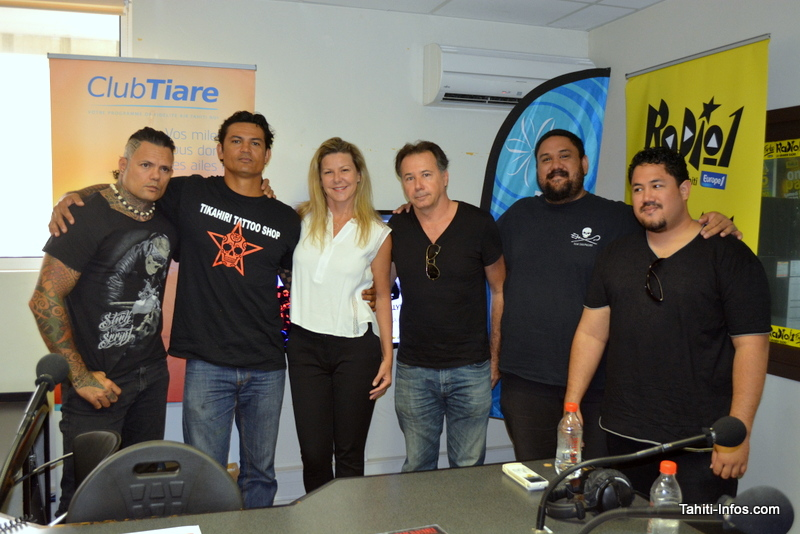 Le groupe Tikahiri entoure Sonia Aline, organisatrice du concert de Johnny.